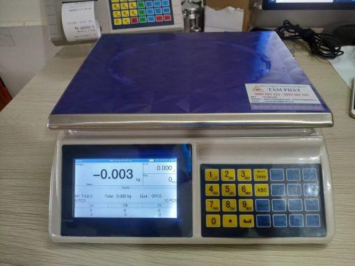Màn hình hiển thị LCD rộng thuận tiện cho quan sát và thao tác với cân
