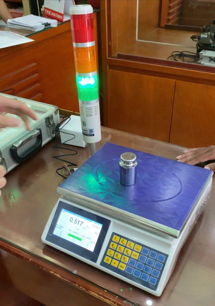 Cân điện tử kết hợp đèn báo trích xuất dữ liệu khi cân